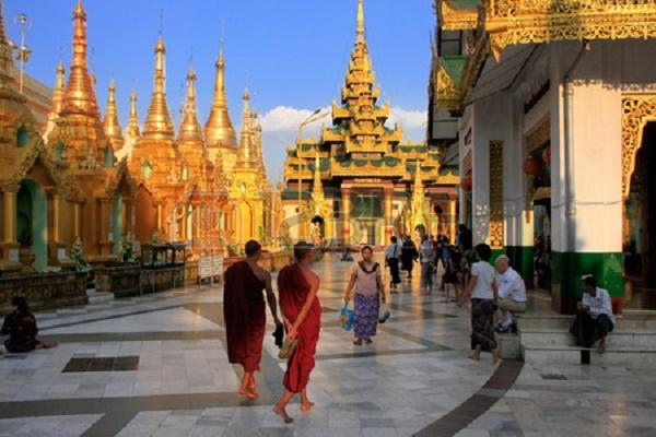 30093056-pilgrims-walking-around-temples-of-shwedagon-pagoda-complex-yangon-myanmar-southeast-asia