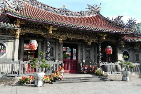 Lonsgan temple is one of the many beautiful temples to see in Cosmopolitan Taipei.